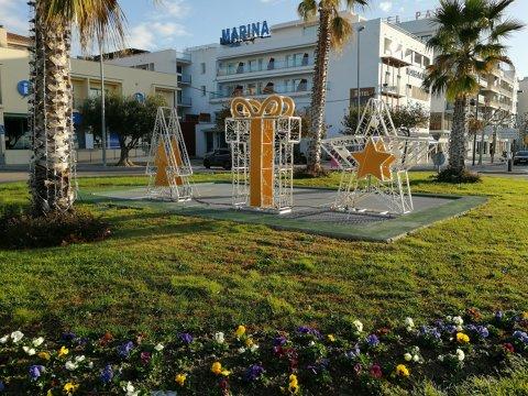 Un arbre de grans dimensions il·luminarà la plaça Catalunya de Roses aquest Nadal
