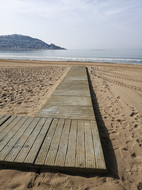 Instal·lades les passeres de fusta a les platges de Roses i prova pilot amb 2 passeres de formigó