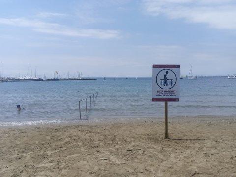 Instalada la señalización, pasarelas y barandilla de acceso a las playas de Roses