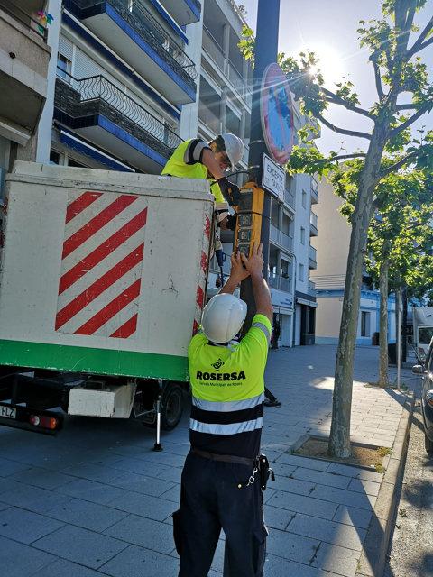 Instal·lació de dos quadres elèctrics per a la connexió de dos màquines d'ozó de desinfecció de taxis